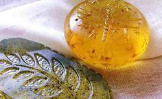 Skúšate si vyrábať domácu kozmetiku?Úpravou obyčajného mydla získate originálne voňavé bylinné.Čo tak ho pekne zabaliť a venovať ako darček?  potrebujeme 100 g detského mydla (1 k…