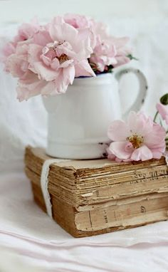 Pink flowers, white chippy pot, vintage books, and ribbon. Vintage Shabby Chic, Shabby Chic Style, Vintage Pink, Pretty In Pink, Beautiful Flowers, Beautiful Things, Decoration Shabby, Book Flowers, Shabby Flowers