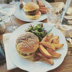 Burger vegan au steak de Tofu et lentille à la sauce au curry une petite tuerie au restaurant à caseta spécialité Corse