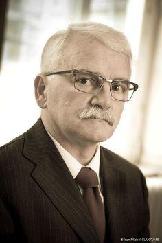 M. BIGNAN Directeur du #Pensionnat - Superviseur de la ferme  Issu d'une famille de professeurs depuis 3 générations, son métier est une véritable vocation. Il est rigide et sévère, mais il sait être juste en toutes circonstances...