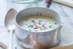 La recette du velouté d'asperge blanches à la crème avec de la ciboulette et des baies roses.