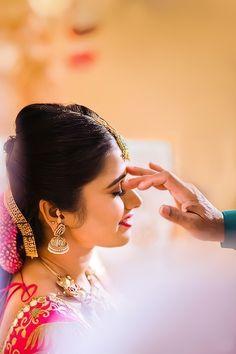 Indian Wedding Couple Photography, Wedding Couple Poses Photography, Couple Photoshoot Poses, Bridal Photoshoot, Bride Photography, Wedding Poses, Nature Photography, Beautiful Girl Photo, Bridesmaid Hair