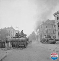 Arnhem: (Courtesy Imperial War Museum London) Britse tanks in de Utrechtsestraat zorgen er voor dat de laatste weerstand van de Duitsers wordt gebroken