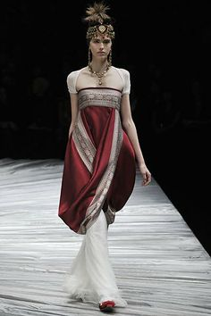 India: Trang phục Ấn độ trong bộ sưu tập thời trang thu đông của alexander mcqueen năm 2008,thật là sắc sảo trong hòa trộn tông màu đỏ huyền bí