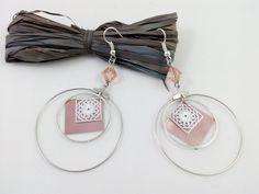 Créoles double anneaux avec carré rose en capsule de café Nespresso et estampe argenté : Boucles d'oreille par grimzmee