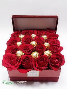 Ferrero roche i crvene ruže Candy Bouquet Diy, Bouquet Box, Valentine Bouquet, Valentines Gift Box, Gift Bouquet, Valentines Flowers, Box Of Flowers, Box Roses, Flower Boxes