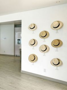 Des chapeaux de paille en déco murale. Plus de photos sur Côté Maison http://petitlien.fr/8215