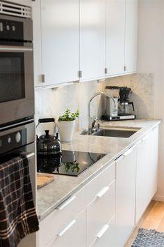 Köksinredning från Ballingslöv med ljusa fina bänkskivor av marmor, ljusa köksluckor och snygg ljus Carraramarmor som stänkskydd vid spis- /disk och arbetsbänk. Kitchen Interior, Room Interior, Home Interior Design, Dining Area, Kitchen Dining, Kitchen Cabinets, Home Kitchens, Sweet Home, House Design