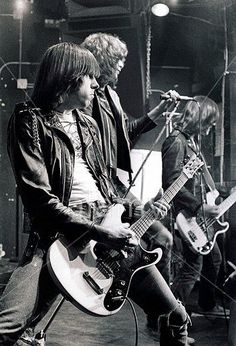 The Ramones, the purest form of Rock &Roll. They were not great musicians, not good looking, and didn't play music that was top 40 material. Just Loud garage band Rock! Joey Ramone, Ramones, Rock And Roll, Music Is Life, My Music, Heavy Metal, Estilo Punk Rock, Historia Do Rock, Mundo Musical