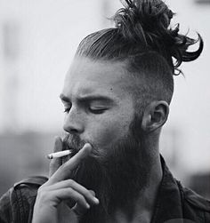Man bun, top knot - le chignon homme à la pointe de la tenda Man Bun Hairstyles, Cool Hairstyles For Men, Haircuts For Men, Haircut Men, Man Bun Undercut, Hair And Beard Styles, Long Hair Styles, Hipster Haircut, Viking Hair