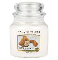 """Die Duftkerze """"Soft Blanket"""" von YANKEE CANDLE verführt mit einem warmen süßen Duft. Die luxuriöse Mischung von frischem Zitrus, warmen Vanille und üppigem Amber bringt Entspannung und Gemütlichkeit."""