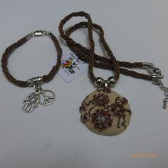 Bonecas do 1069, Colar com medalha em fimo e pulseira