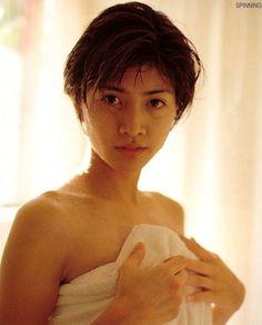 バスタオルを巻いている内田有紀