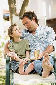 """Con los hijos: NI TAN TAN…  consentidores,  complacientes, liberales, sobreprotectores.   NI MUY MUY Castigadores, absolutistas, satisfactores, desentendidos.  Tú tienes que encontrar equilibrio y un estado no angustiado de vida para ti mismo, para que –de esa manera-   estés en posibilidad de criar a tus hijos a tu semejanza.   Los """"buenos padres"""" no nacen… se hacen."""