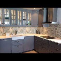 historiske fliser over kjøkkenbenk - Google-søk Kitchen Backsplash, Kitchen Cabinets, Remodeling, Kitchen Ideas, Tiles, Lisa, The Originals, Room, Home Decor