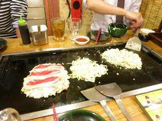 okonomiyaki in the making.  vi laver japansk madpandekager