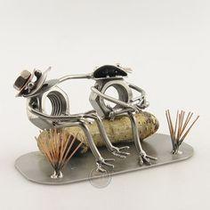 Cadeau beeldje, Kikker echtpaar Product.nr.: t0519 Kikker liefdespaar op een houten bankje. Afmeting 16x8x7 cm, Gewicht:0.40 kg