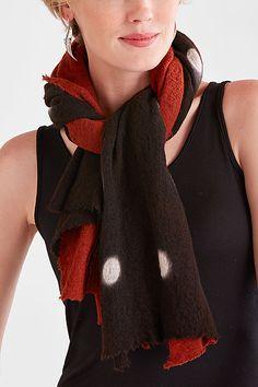 Этот роскошный, ручной окрашенные шарф контрастирует цвет и рисунок в мягкой, слегка войлочной шерсти. Две части сырья швом ткани сшиты вместе, чтобы создать слоистый взгляд: ярко-красный ткань дополняет черный и белый точечного растра, созданный с использованием метода itajime Shibori