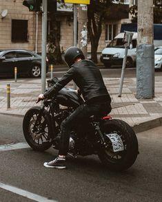 Black on black Harley Davidson Sportster motorcycle. The daily commuter! Harley Davidson Iron 883, Harley 883, Black Harley Davidson, Harley Davidson Bikes, Harley Race, Iron 883 Custom, Best Motorbike, Cafe Racer Motorcycle, Sportster Motorcycle