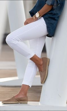 Frühjahr / Sommer - casual - weiße Skinny-Jeans, weite Jeanshemd, beige/nude Flats, goldene Accessoires