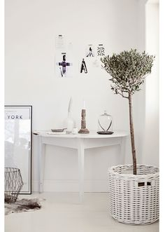 Wooden details, new york picture frame and a olive tree in a white pot! Love these details.
