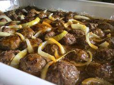 Mélanger tous les ingrédients des boulettes ensemble et façonner en boulettes (moi je les ai fait doré dans un poêlon avant de les mettre dans le plat). Les mettre dans un plat 8x8 pouces et disposer les tranches d'oignon par-dessus... Sauce Recipes, Meat Recipes, Cooking Recipes, Recipies, How To Cook Meatballs, One Pot Dishes, Jewish Recipes, Portuguese Recipes, Meatball Recipes
