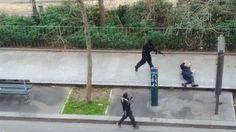 Frame de vídeo que mostra o momento em que terrorista com o rosto coberto executa um policial em Paris - 07/01/2015