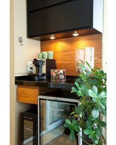 Adega, cervejeira e máquina de café dividem espaço na pequena bancada na varanda…