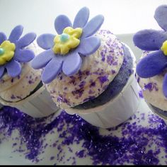Wow - purple cupcake mix as well. Cupcakes Design, Tolle Cupcakes, Purple Cupcakes, Custom Cupcakes, Flower Cupcakes, Yummy Cupcakes, Gourmet Cupcakes, Cupcake Flavors, Pastries