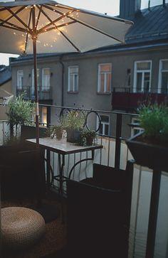 Frida Fahrman | Mode, skönhet och inredning | Sida 6 Tiny Balcony, Porch And Balcony, Balcony Garden, Apartment Deck, Apartment Balconies, Outdoor Spaces, Outdoor Living, Outdoor Decor, Diy Pergola