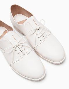 Na Stradivarius encontrarás 1 Sapatos blucher aberturas para mulher por apenas 29.95 € . Entra agora e descobre-o juntamente com mais TODOS.