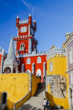 So unique! Discover in video and photos the surprising Pena Palace in Sintra, a colorful Unesco site on top a hill not far from Lisbon Portugal. At the end, the mix of architecture just works and fascinates. Info to plan your visit at the end of the article | Portugal Travel Guide | Portugal Sintra | Portugal things to do | Portugal Itinerary | Portugal photography