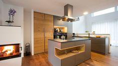 Moderne Küche in Grau kombiniert mit Holz ✓ mit schwarzer Steinarbeitsplatte ➨ Inspirationen zu modernen Küchen mit Holz und mehr Einrichtungsprojekten. Kitchen Pantry, New Kitchen, Kitchen Island, Kitchen Cabinets, Design Moderne, Cuisines Design, First Kitchen, Küchen Design