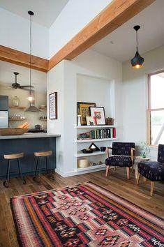 ニッチの棚と2つの一人掛けソファのあるリビング_[1].jpg
