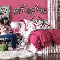 Pink, black and white bedding for teen girls. What teen girl or tween girl wouldn't love a pink black and white bedroom ?