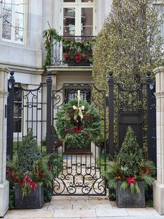 Having outdoor Christmas decorations is a fun way to decortate for the holiday season. Check out these front door christmas decorations to get fun ideas!