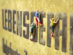 Lebensgefahr! Zumindest für diese Mini-Figuren, die der Modelleisenbahn entwischt sind und sich jetzt abseits in der Kunstfotografie eine neue Karriere als Kletterer und Foto-Model starten. Die ca. 3 cm großen Figuren lassen sich super zum Dekorieren, selber machen von Gutscheinen und zum Geschenke basteln verwenden. Viele verschiedene Figuren findest Du auf www.noch-kreative.de