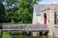 """Douve et portails ; entrée de L'Athanor, Parc de sculpture d'Etienne-Martin - Label Jardin remarquable -, """"La Demeure-miroir"""", 1977, fonte de fer, 200cm, fonte de fer."""