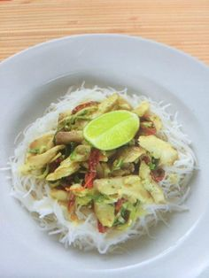 Curry fish on rice noodles Rice Noodles, Fish Dishes, Spaghetti, Curry, Tacos, Meat, Chicken, Ethnic Recipes, Food