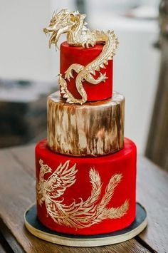 Red gold dragon cake This dramatic wedding cake, topped with a dragon and a hand-painted phoenix, embraces traditional Chinese wedding symbols in a modern way. Gorgeous Cakes, Pretty Cakes, Cute Cakes, Amazing Cakes, Dragon Wedding Cake, Wedding Cake Red, Camo Wedding, Wedding Engagement, Unique Cakes