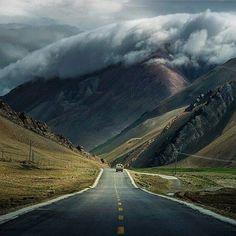 Pé na estrada ao pé do Himalaia. Que vista!