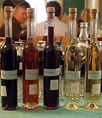 nalewki i inne trunki na Stylowi.pl Cordial, Red Wine, Alcoholic Drinks, Liqueurs, Bottle, Glass, Food, Drinkware, Flask