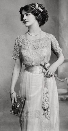 Edwardian fashion: Edwardian fashion: Lily Elsie – was a popular English actress and singer during the Edwardian era. Lily Elsie, Vintage Clothing, Vintage Dresses, Vintage Outfits, Edwardian Clothing, Vintage Costumes, Victorian Era Fashion, Vintage Fashion, Victorian Hair
