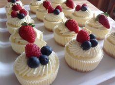 VÍKENDOVÉ PEČENÍ: Cheesecake jako mini dezert Cheesecake Cupcakes, Cheesecake Brownies, Baking Cupcakes, Cheesecake Recipes, Cupcake Cakes, Mini Cheesecakes, Croation Recipes, Sweet Bar, Mini Cakes