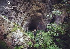 Pınarbaşı ilçesinden 36 kilometre uzaklıktaydı Ilgarini Mağarası.  Zira sonunda M.Ö 2000li yıllara ait insan yaşantısı izlerine rastlanacaksa 850 metre uzunluğunda mağarayı gezerken Bizans dönemine ait olduğu düşünülen bir köy yıkıntısı bulunacaksa taştan örülmüş viraj yollardan geçilerek kilise kalıntısı mezarlara denk gelinecekse değerdi. Mağaranın girişini gördüğünde büyülendi. Bu güzelliği herkes görmeli diye düşündü ve tüm bunları görebildiği için kendini şanslı hissetti.