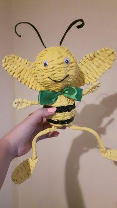 Pszczółka z papierowej wikliny