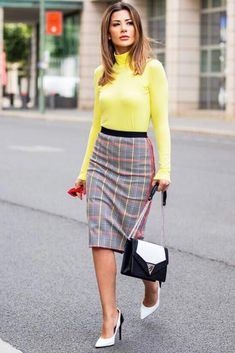 Yellow Turtleneck With Plaid Skirt Outfit Professional women work outfits to wear to the office despite the season be it summer or winter. Classy Outfits, Trendy Outfits, How To Look Expensive, Spring Blouses, Spring Work Outfits, Work Skirts, Office Outfits, Office Wear, Plaid Skirts