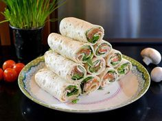 Wraps with cream cheese, lamb's lettuce, tomato, salmon and chives Cooking idea - Lunch Snacks Healthy Cooking, Healthy Snacks, Healthy Recipes, Cooking Lamb, Healthy Wraps, Dinner Healthy, Picknick Snacks, Snacks Sains, Good Food