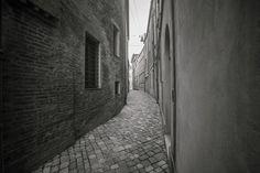 Gli stretti vicoli del centro storico di ravenna. Foto di Simone Masini.