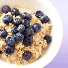Healthy Living Eat Before a Workout: Oatmeal with Fresh Fruit - Ready to sweat? Not so fast! Here, the best foods to eat before and after a workout, so you can fuel up the right way. Munch on these for your best sweat session yet. Healthy Carbs, Get Healthy, Healthy Snacks, Simple Snacks, Healthy Fruits, Weight Loss Snacks, Healthy Weight Loss, Post Workout Snacks, Workout Meals